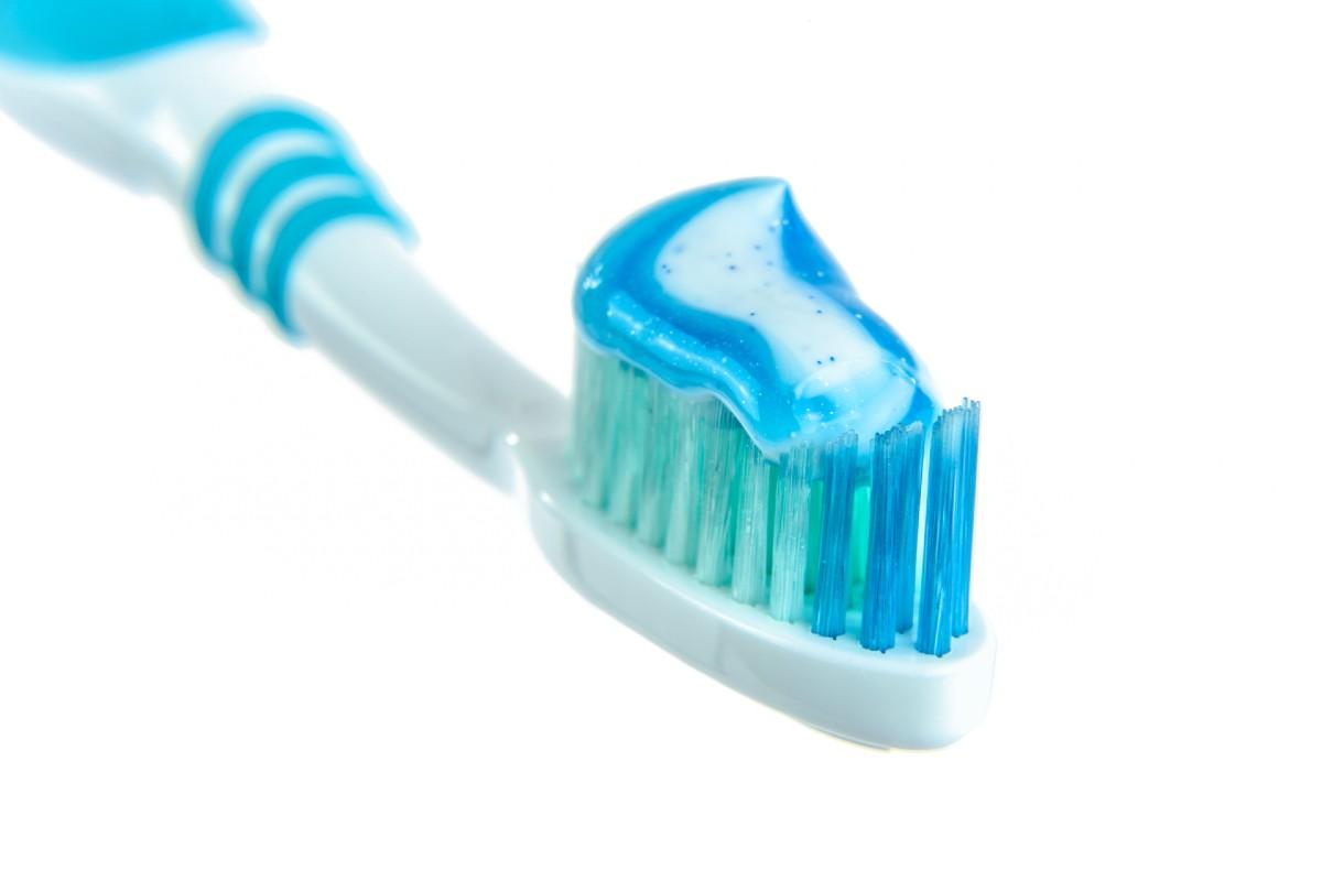 Cómo limpiar implantes dentales